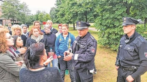 polizisten_anwohner