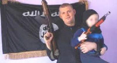 Mikael-Skråmo-vor-der-Fahne-des-Islamischen-Staates
