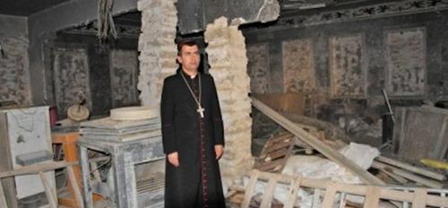 Erzbischof-Amel-Nona-in-einer-zerstörten-Kirche