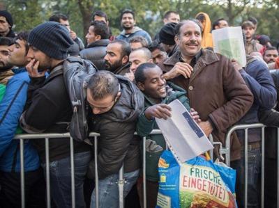 Fluechtlinge-in-Berlin-frisch-eingetuetet
