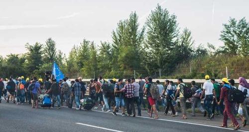 fluechtlinge_ungarische_autobahn