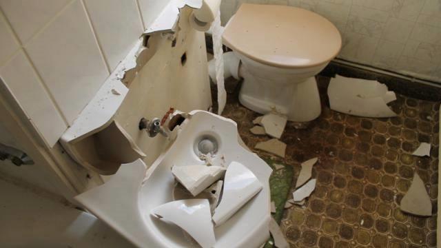 Schnell fickt das deutsche Paar auf dem WC