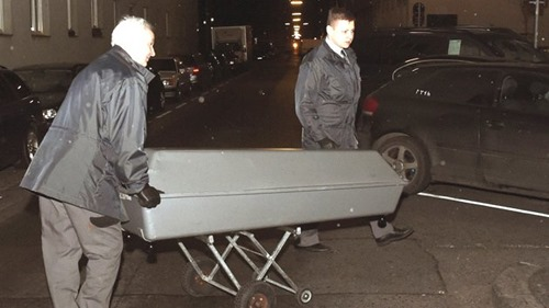 ABD0001_20160116 - WIEN - …STERREICH: Eine 72 Jahre alte Frau wurde am spŠten Freitagabend, 15. JŠnner 2016 tot in ihrer Wohnung in einem Gemeindebau in Wien Favoriten entdeckt. Aufgrund der AuffindungsumstŠnde ging die Polizei von Mordverdacht aus. Im Bild: Der Abtransport des Leichnams, augenommen am Samstag, 16. JŠnner 2016. - FOTO: APA/HERBERT P. OCZERET