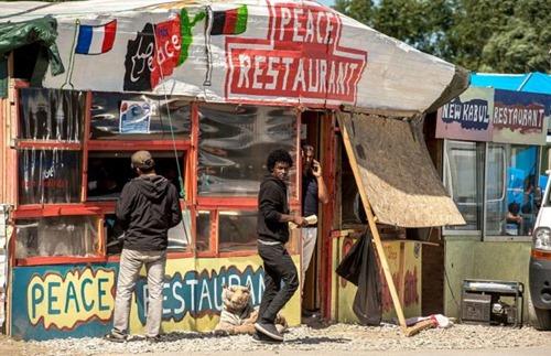 Peace-Restaurant im Dschungel von Calais