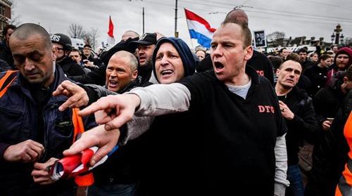 AMSTERDAM - Demonstranten van Pegida voeren actie bij de Stopera actie tegen islamisering van Europa. ANP REMKO DE WAAL