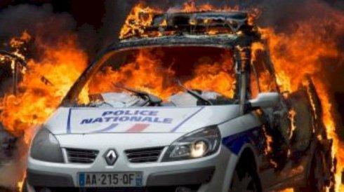 paris_polizeiwagen_engezuendet
