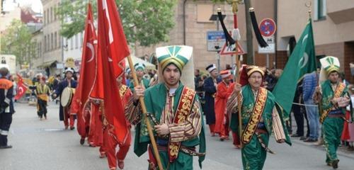osmanen_mit_tuerkischer_kriegsflagge