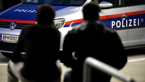 """ABD0034_20150819 - PARNDORF - …STERREICH: THEMENBILD - THEMENBILD - Illustration zum Thema """"Asyl/FlŸchtlinge/Schlepper"""": FlŸchtlinge, die am Dienstag, 18. August 2015, von der Polizei aufgegriffen wurden, am Bahnhof in Parndorf. - FOTO: APA/HANS KLAUS TECHT"""