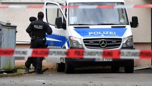 ABD0010_20161009 - Polizisten sichern am 09.10.2016 ein Wohnhaus in Chemnitz (Sachsen) ab. Wegen eines mšglichen Sprengstoffanschlags lŠuft seit Samstag (08.10.2016) ein Polizeieinsatz in dem Wohnviertel. Die Polizei sucht weiter nach dem 22-jŠhrigen Syrer, der einen Bombenanschlag geplant haben soll. Foto: Hendrik Schmidt/dpa +++(c) dpa - Bildfunk+++