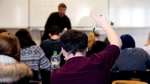 ARCHIV - Ein Schüler der 13. Klasse meldet sich am 15.01.2014 während des Mathe-Unterrichts an der Louis-Leitz-Schule, einem Wirtschaftsgymnasium in Stuttgart (Baden-Württemberg). Foto: Sebastian Kahnert/dpa (zu lsw: «GEW sieht keinen Spielraum für Lehrerstellenabbau» vom 10.09.2014) +++(c) dpa - Bildfunk+++
