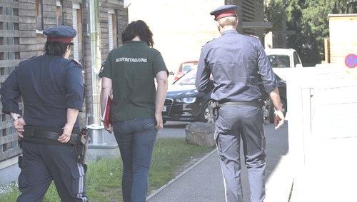 ABD0043_20170618 - GRAZ - …STERREICH: ZU APA0058 VOM 18.6.2017 - Eine 31 Jahre alte Frau ist am Sonntag, 18. Juni 2017, im Grazer Bezirk Wetzelsdorf erstochen aufgefunden worden. Nach Angaben der Polizei hatte ihr 25 Jahre alter LebensgefŠhrte die Frau getštet und anschlie§end den Polizeinotruf gewŠhlt. Im Bild: EinsatzkrŠfte im Bereich des Tatorts. - FOTO: APA/ELMAR GUBISCH