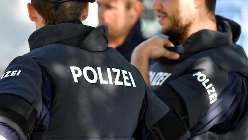"""ABD0057_20160826 - SALZBURG - …STERREICH: THEMENBILD - PolizeischŸler in Sicherheitskleidung und der Aufschrift """"Polizei"""" beim Einsatztraining am Freitag, 26. August 2016, in der Landespolizeidirektion Salzburg. - FOTO: APA/BARBARA GINDL"""