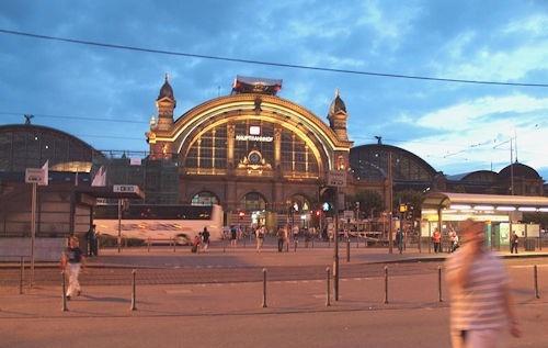 Frankfurt_am_Main_Hauptbahnhof_at_night