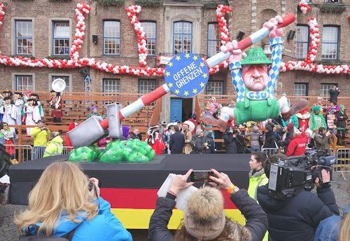 Düsseldorf,_Rosenmontag_2016,_politische_Karnevalswagen_(07)