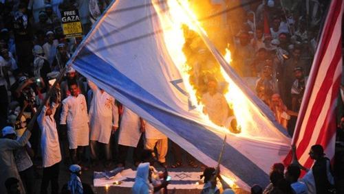 antisemiten_verbrennen_israelfahne