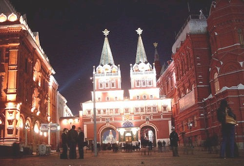 800px-Moskau_Auferstehungs-Tor_Nachts