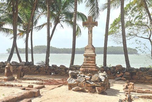 Saint-Joseph_croix_du_cimetière_et_île_du_Diable